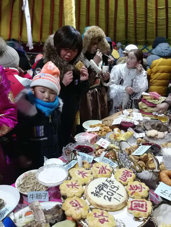 喀納斯冰雪風情旅遊節暨潑雪狂歡節現場美食大賽 應江洪 攝