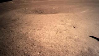 嫦娥四號成功著陸月球背面 傳回首張近距拍攝月背影像圖