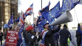 """英国议会通过修正案阻止硬脱欧 文翠珊或被迫推""""方案B"""""""