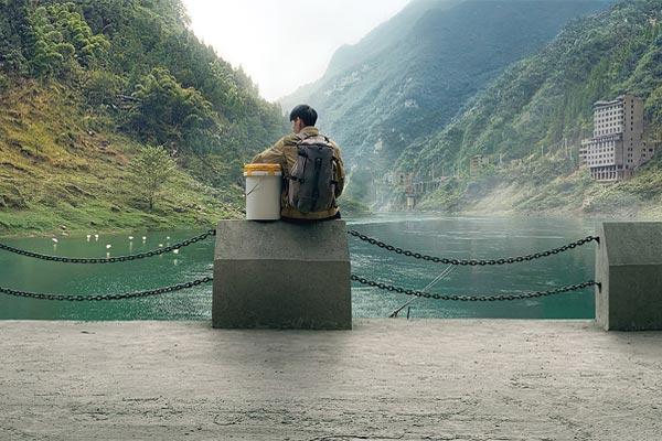 在贾樟柯的《一个桶》中,iPhone XS 扮演了何种角色?