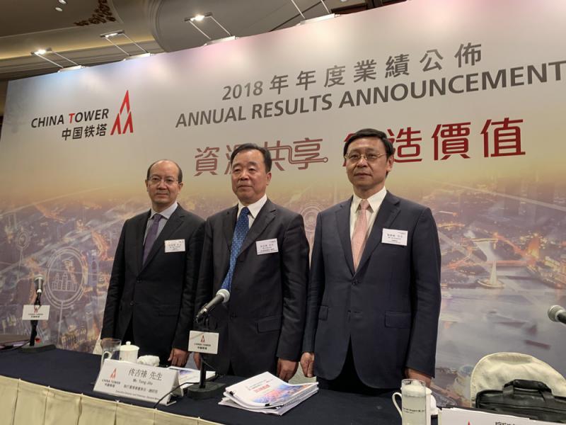图:图左起为中国铁塔总会计师高春雷,董事长兼总经理佟吉禄,及副总