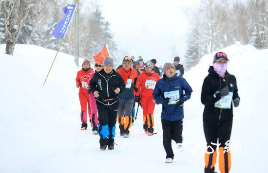 """瑞士跑手""""长白雪马""""夺魁 雪地长跑给众跑手留下难忘印象"""