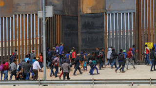 特朗普罕见法律胜利 可续遣移民返墨
