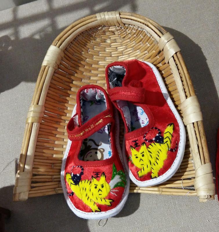 慈母密縫虎頭鞋