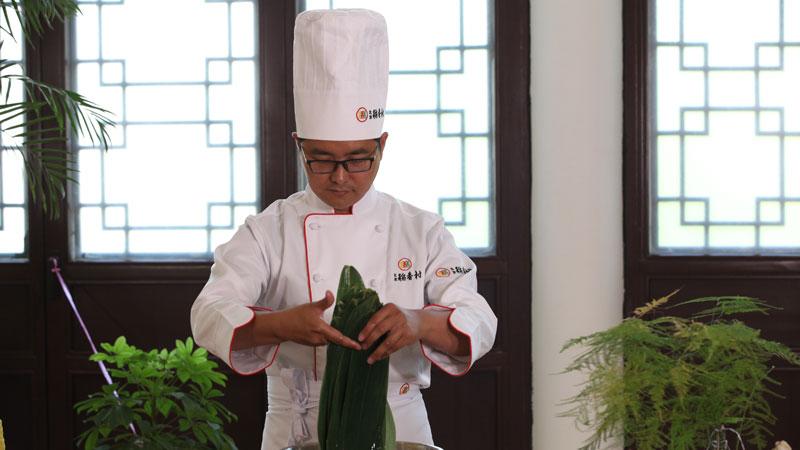 北京稻香村师傅现场教授制作粽子