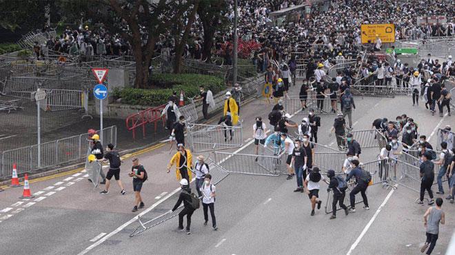 暴徒们,说好的和平示威呢?