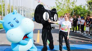 淘宝主播薇娅在北京晨跑 其实为了山区孩子的跑道 阿里又做体育公益