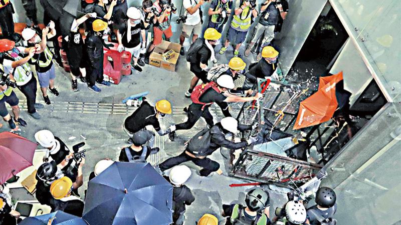 暴徒强闯立法会 香港警队凌晨平乱