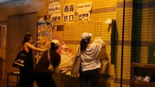 """港热心市民清理""""连侬毒"""" 反对派阻挠起冲突"""