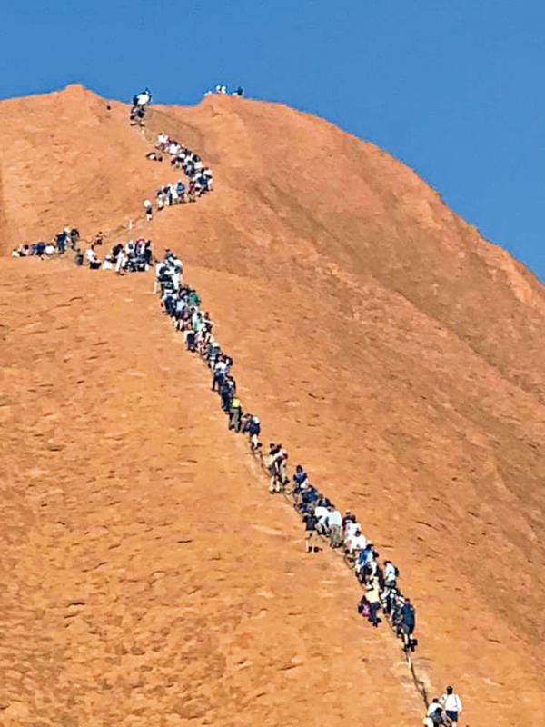 ?澳将禁攀乌鲁鲁岩 遊客争打卡惹议