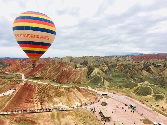 首届中国张掖七彩丹霞热气球节启幕
