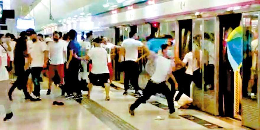 元朗站深夜混乱15伤一命危 暴徒冲入西铁站上车殴乘客