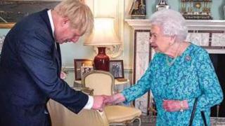 """?上台首日就违反王室礼仪 """"大嘴""""首相约翰逊泄露与女王对话"""