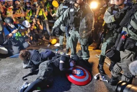 """人民日报海外版:港警不应再""""温柔如保姆"""",该出手时就出手"""