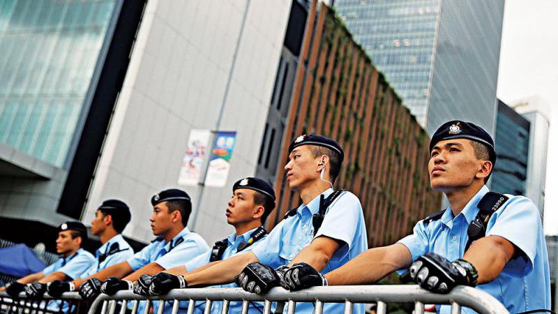 ?港澳办:中央坚决支持特首依法施政 向香港警察致敬