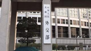 """外交部:驻港部队是香港繁荣稳定的 """"定海神针"""""""