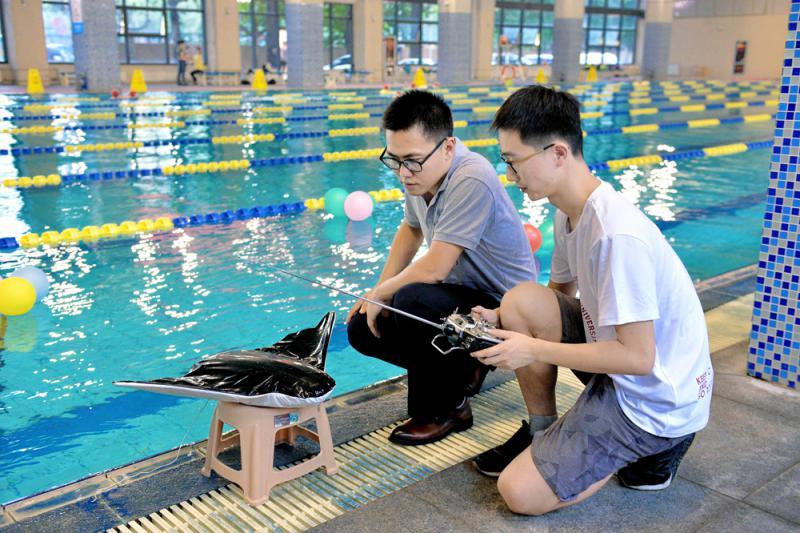 中国首研仿蝠鲼柔体潜航器