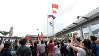 香港?市民自发聚尖沙咀再升国旗