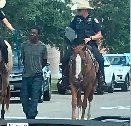 美國白人騎警繩牽黑人疑犯 被斥種族歧視