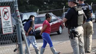 ?美国大搜捕非法移民 单日拘680人