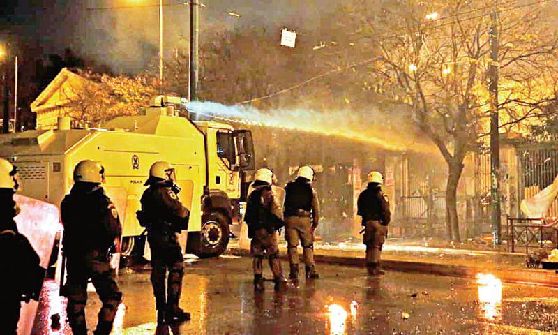 大学成罪犯避难所 希腊允警察入校执法