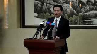 国务院港澳办新闻发言人杨光就香港极少数暴徒投掷汽油弹袭警予以严厉谴责