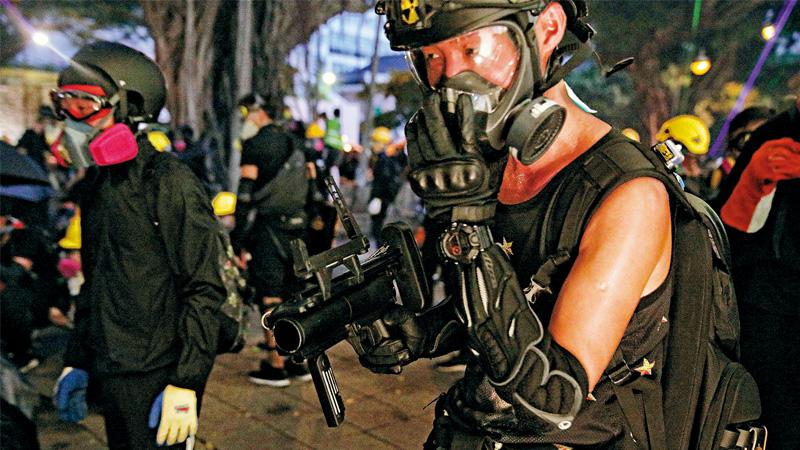 暴徒榴弹枪上阵汽油弹伤警 港警果断出击逮捕