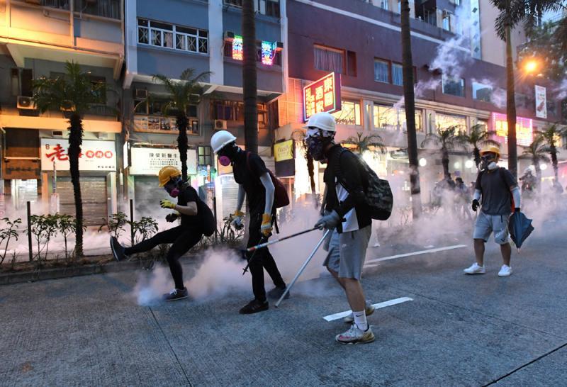 止暴制乱|港警辟谣:暴徒被制服竹枝跌地