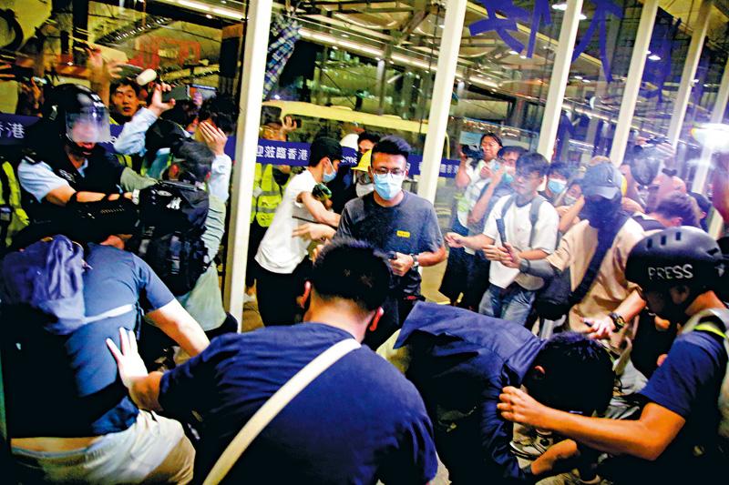 暴徒机场狂殴旅客记者 港警遭围攻擎枪自卫