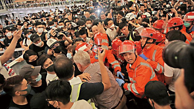 ?社评\暴乱重创香港国际航空枢纽地位