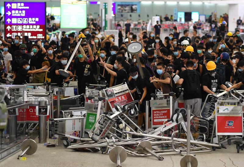 全球关注港机场暴力事件