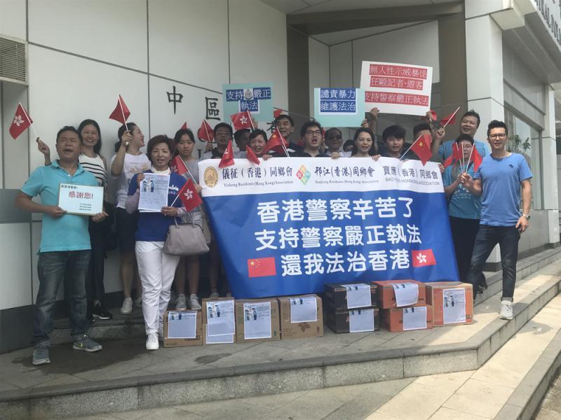市民赴警署慰問 冀訂立「香港警察日」