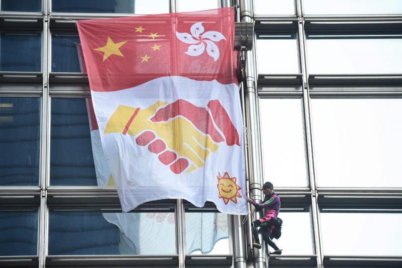 """?法国""""蜘蛛侠""""攀长江中心 为香港和平打气"""