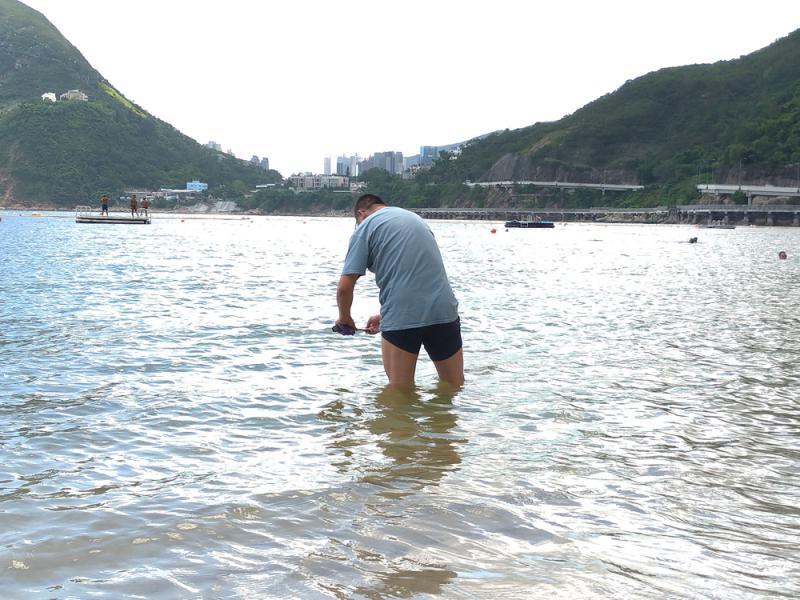 ?独家报道\毒虫袭深水湾 泳客被咬周身肿\大公报记者 朱俊贤、方学明(文)林良坚(图)
