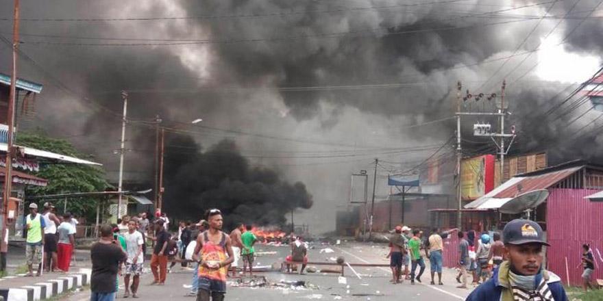 印尼学生损毁国旗 警方突击逮43人