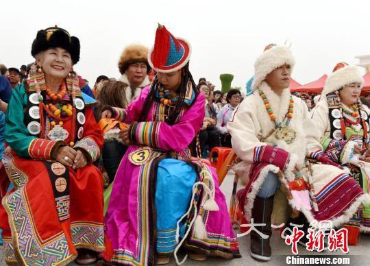 甘肅肅北縣蒙古族服飾走秀展示多彩民族文化魅力