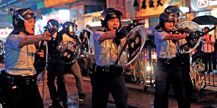 香港恐怖主义升温暴民癫狂 水炮车首次出动警察鸣枪保命