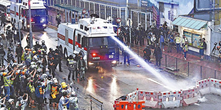 香港恐怖主义升温 警察鸣枪保命并首次出动水炮车