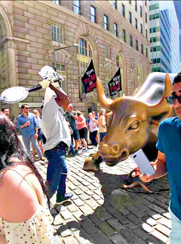 ?华尔街铜牛遭打爆角 得州汉被控三宗罪
