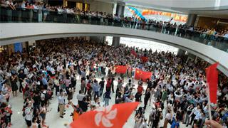香港市民闹市商场快闪唱国歌 守护香港反暴力