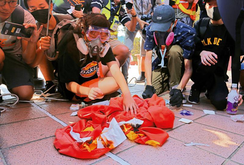 ?13岁少女烧国旗被捕