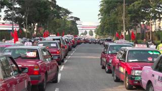 2000的士挂五星红旗 巡遊全港贺国庆