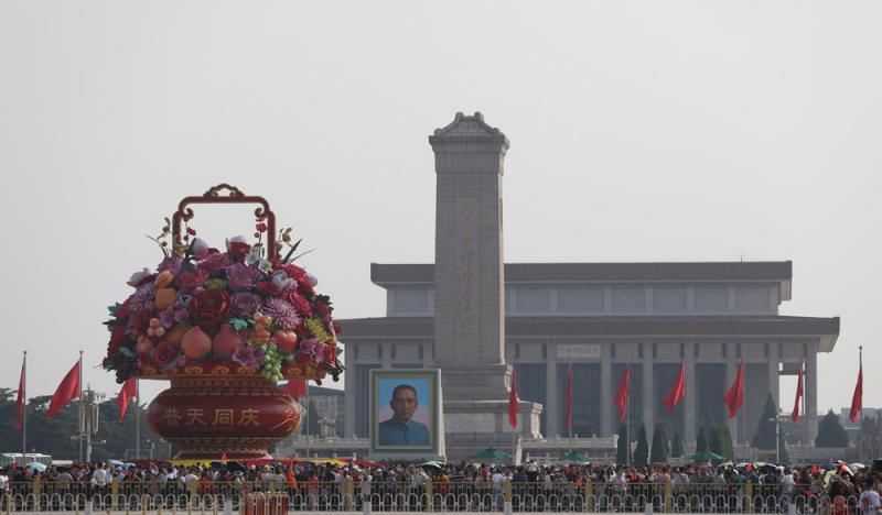 """?18米高""""普天同庆""""花坛亮相"""