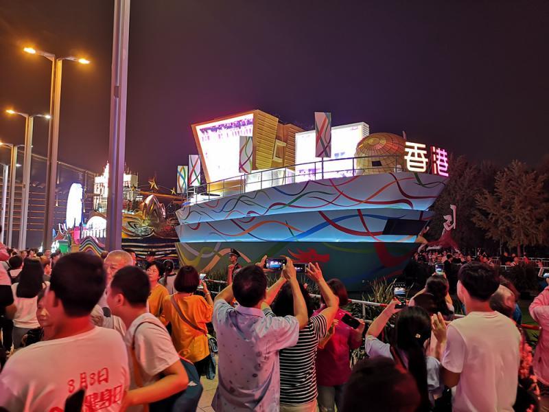 國慶彩車成新景點 遊人爭留影