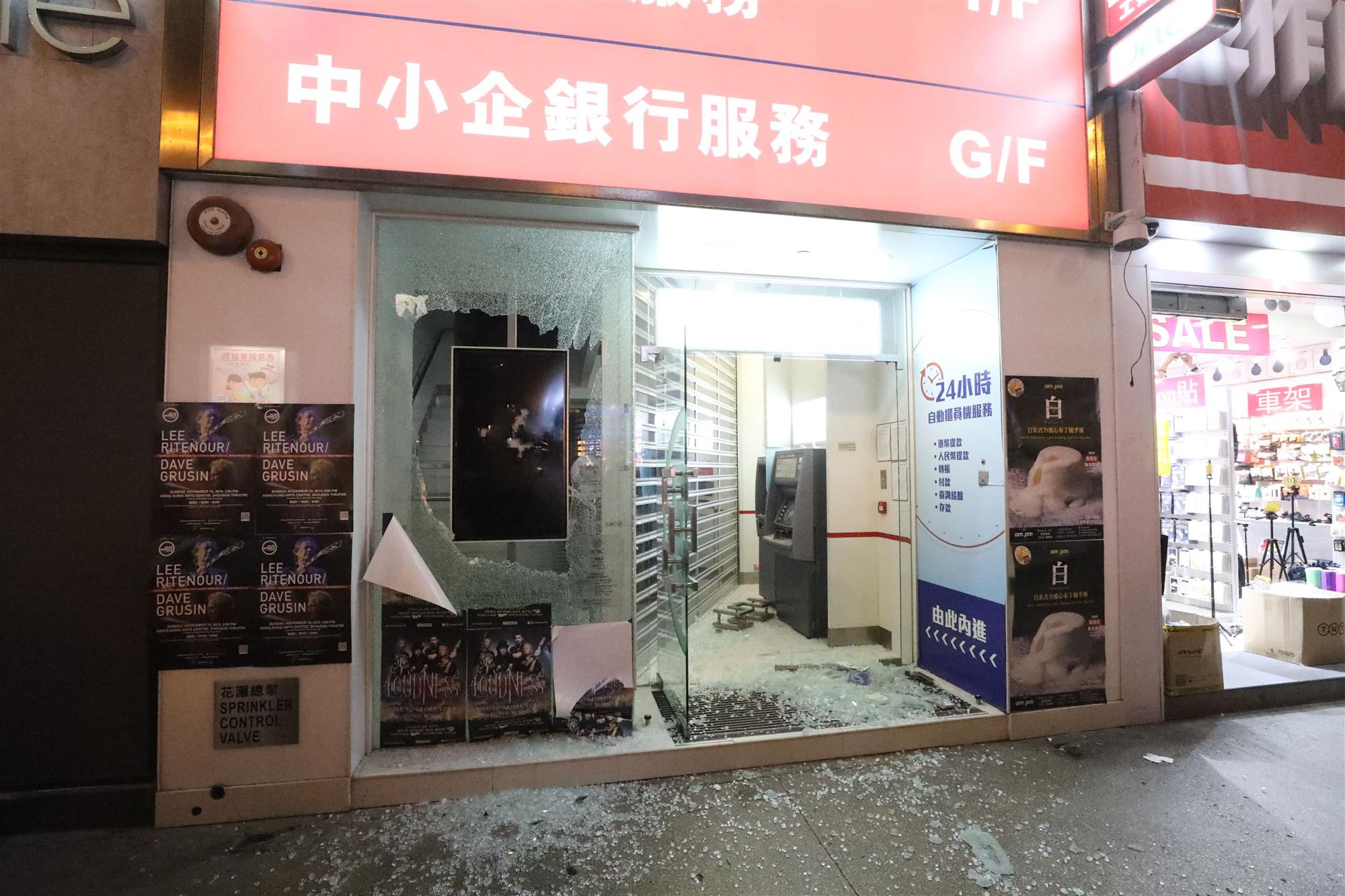 暴徒破壞影響民生 港鐵停駛銀行超市關門