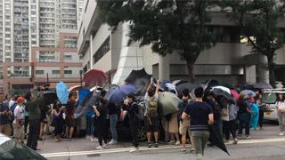 《禁蒙面法》首控 伞阵阻拍两被告