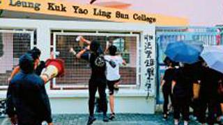 港蒙面學生圍校 攻擊禁錮老師