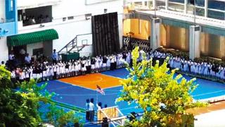 """?沙崇学生校园挥美国旗唱""""港独""""歌"""