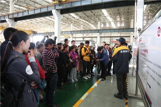 京港地鐵舉辦乘客開放日活動 AR技術參觀車輛檢修工作