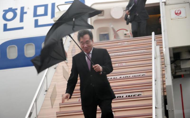 ?韩总理访日 伞被狂风吹断